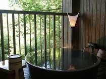 露天付客室付きの陶器露天。手の届きそうな自然が目の前に広がります