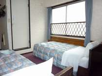 ◆南向きのツインルームは窓が大きくさんさんと降り注ぐ陽で冬でも暖かくお過ごしいただけます。