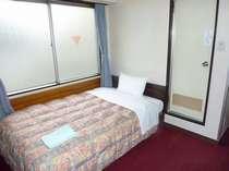 ◆シングルルームにセミダブルベットを使用。ゆっくりお休み下さい。