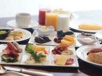 朝食バイキング約80種類のメニューからお選びいただけます