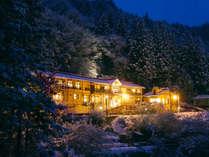 【外観】[冬] 雪が優しく包みこむ四万温泉の冬。静けさに癒される冬旅もオツなもの。