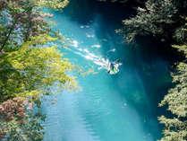 四万川が魅せる 『奇跡の青』 を間近で楽しめる人気の『早朝カヌー』(日・月曜泊限定)
