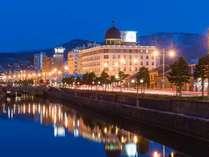 小樽運河前に佇むホテルノルド。灯りが幻想的です(春・夜景)