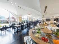大きな窓から運河を望む朝食会場。約70種類の和洋ビュッフェをご用意しております。