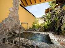 【11種類の貸切露天風呂一例】「月雫の湯」滝を望む露天風呂です