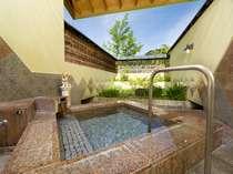 【11種類の貸切露天風呂一例】「癒しの湯」チャイナレッド石造りのお風呂