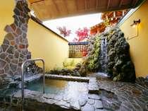 「月雫の湯」滝の音が涼を呼ぶ洗面台&洗い場も完備