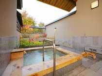 【6】「春草の湯」木曽檜と御影石でできた湯船で、 箱庭には優しい草花が広がり癒されます。