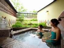 【2】「癒しの湯」中国のチャイナ・レッドという石を使った露天風呂。