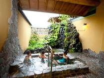 【5】「月雫の湯」浅間の石で造られた露天風呂。岩間を流れる滝。