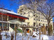 降り積もる雪とホテル外観<冬>