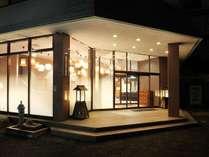 塩原温泉街でもひときわ目を引くライティングはゲストの皆様をしっかりとホテルまでご案内致します。