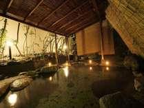 幻想的な夜の露天風呂は、お早めにご予約を。内湯と交互に楽しむお客様もいらっしゃいます。
