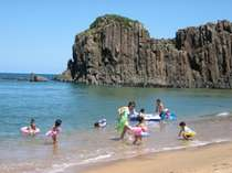 館すぐのてんきてんき橋を渡れば後ヶ浜海ビーチはプライベート風。お子様連れでも目が届いて安心で~す。