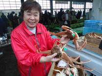 間人ガニのセリ場の名物女将。蟹が大好きな女将は丹後一。全国でも三本の指に入ると自負する女将