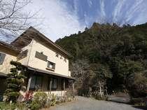 山あいにたたずむ小さな宿。茶畑や里山の自然が楽しめます。