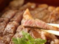 【夕食】あか牛のステーキ。肉質がいいのはもちろん、味を引き出す焼き方にもコツがあります/例