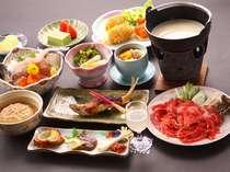 お夕食の内容は、日によって変わります。女将の実家のコシヒカリをはじめ、地元の農産物をどうぞ。