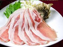 日光霧降高原豚は肉汁が豊かで甘みがあり、さらりとしたとろける脂が特徴的です。