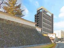 甲府城跡と調和させた外観