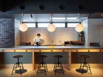キッチンスペースには、電子レンジや電気ポットもあり、自由に使用できる。