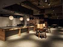 1階は、フロントとカフェ・バーが一体化したカウンターがあり、自由に寛げる空間が広がる。