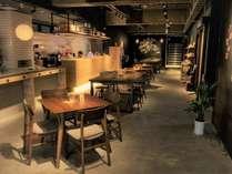 カフェ・バーを併設するアットホームなロビー。親切なスタッフがお出迎え。