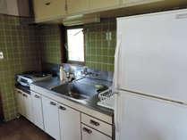 *【キッチン】大きい冷蔵庫があるので、連泊の際や大人数でも安心♪