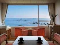 お部屋の窓からはきらきらの海がお出迎え♪