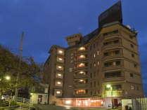 熱海駅から徒歩約15分。カーブ沿いにある建物が「ホテル貫一」です。