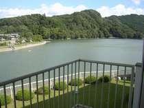 お部屋からは四季折々の亀山湖を一望できます