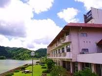 周囲を深い緑に囲まれ、県下最大に湖亀山湖を見渡す素晴らしい眺め。