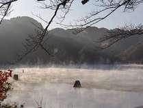【朝もや亀山湖】湖面からもやが上がる様は幻想的です。