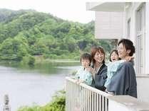 【眺望】ベランダ付のお部屋は眺望に優れています。眼科に広がる亀山湖を見ながら深呼吸
