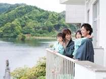 お部屋から亀山湖畔を一望できる。心地よい風と自然を楽しめる