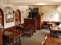 薪の暖炉でポカポカの食堂です。ムーミングッズがいっぱい!