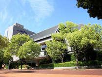 【外観1】宮崎駅から徒歩3分!緑あふれる宮崎中央公園に隣接し、静かな時間をお過ごし頂けます。