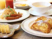 和・洋の約30種が並ぶ朝食バイキング。シェフが目の前で焼く、あつあつのフレンチトーストが人気♪