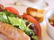【欧風レストラン「バーデンバーデン」】大人気メニュー!飛騨の恵みをたっぷり挟んだロングバゲットサンド
