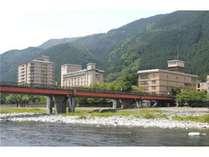 飛騨川に佇む3つの館「臨川閣」「飛泉閣」「山水閣」と離れ「青嵐荘」。