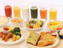 【朝食ビュッフェ 洋食一例】新型コロナウイルス対策のためスタッフが盛り分けて提供しております。