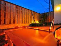 宿泊者専用温泉【福寿】の露天。星空と黄金色の湯のコントラストが美しい。