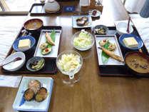 【朝食】大和の茶粥及び地元の旬の野菜を取り入れております。(一例)