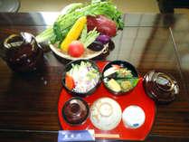 【朝食】地元の旬の野菜を取り入れております。(一例)