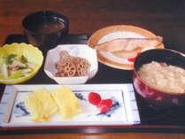 【朝食(一例) 】地元の旬の野菜を取り入れております。