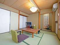*【和室10~12畳】江戸間の和室。畳の上で足をのばして、のんびりとお寛ぎ下さい。