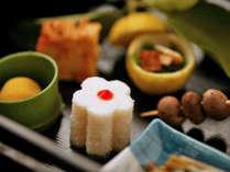 【夕食一例】地元素材にこだわり、旬の味をお出しいたします。