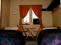 ブナ林を望むシックで落ち着いた雰囲気のお部屋。