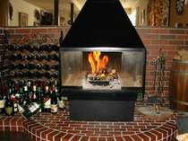 本体が2重構造になっていて表面温度をおさえた安全設計の暖炉で小さいお子様にも安心です