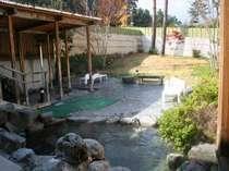 広々露天風呂は、2箇所。雪見から新緑の時期山々が映える。